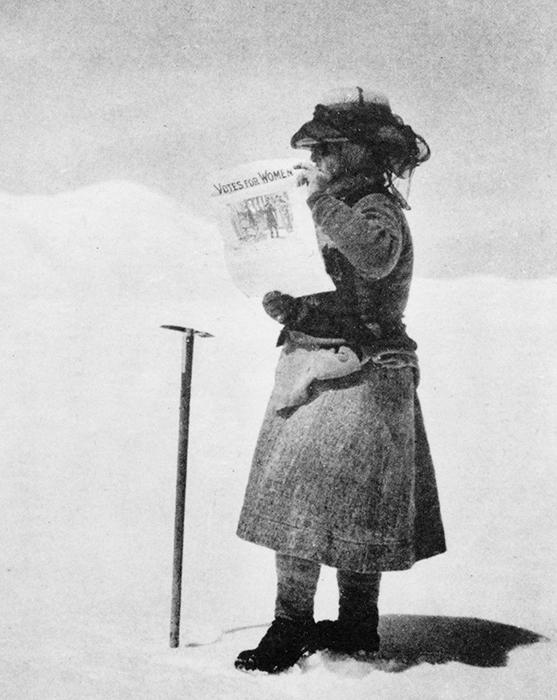 Активистка Фэнни Воркмен в горах с призывом разрешить женщинам участвовать в голосовании.